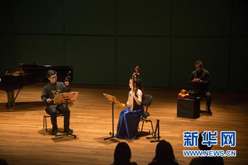 任梦倩(左二)表演二胡琵琶二重奏《绣荷包》-中国学子新加坡举办