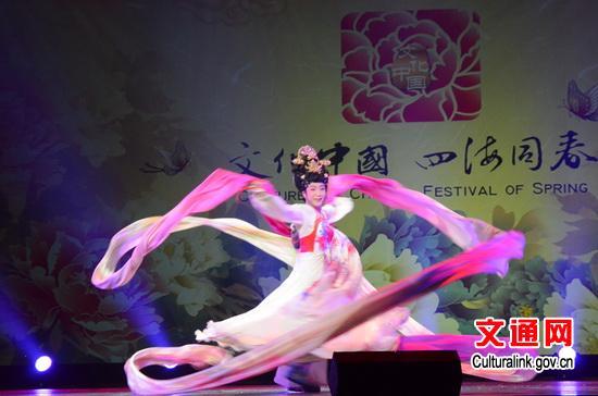 中国歌剧舞剧院国家一级演员李玉刚表演京剧《梨花颂》