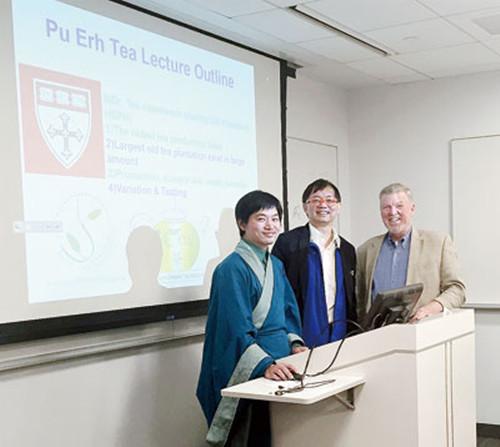 """""""茶博士""""张兴才(左一)在普洱茶讲座现场。(美国《星岛日报》/李强"""