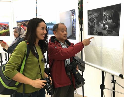 中国侨网《制作毛笔》的编辑与摩洛哥摄影爱好者
