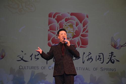 阎维文演唱歌曲《母亲》.(图片来源:欧洲时报记者夏晓彤 摄)-文