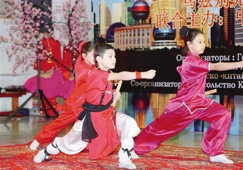 图为乌兹别克斯坦儿童在开幕式上表演中国武术.(李遥远 摄)