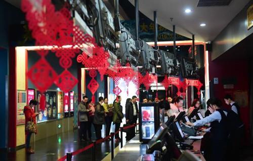 中国侨网资料图片:观众在北京一家电影院排队购票。(新华社记者 杨青 摄)