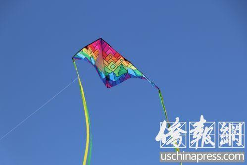 中国侨网彩虹色的三角形风筝(美国《侨报》/杰克摄)图片