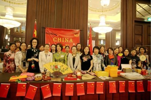 中国侨网使馆妇女同志在中国展台前合影。