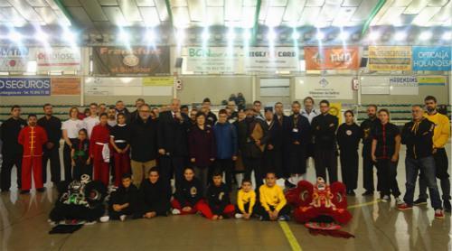中国侨网驻巴塞罗那总领事与比赛选手合影。