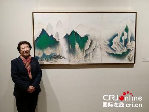 中国侨网阮丽明与她的作品。