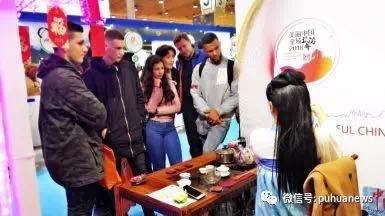 中国侨网现场茶艺表演。(《葡华报》微信公众号)