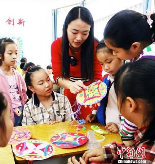 广西南宁一小学把绣球文化传承引进校园