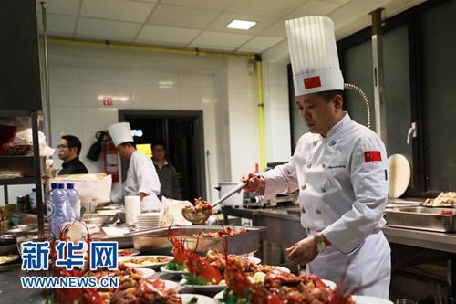 """中国侨网""""中餐繁荣团""""成员、中国鲁菜烹饪大师、山东大厦行政副总厨朱淼在制作经典鲁菜。 新华社记者潘革平 摄"""
