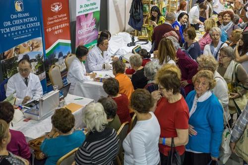 中医义诊活动在匈牙利举行中医药渐被当地人接受