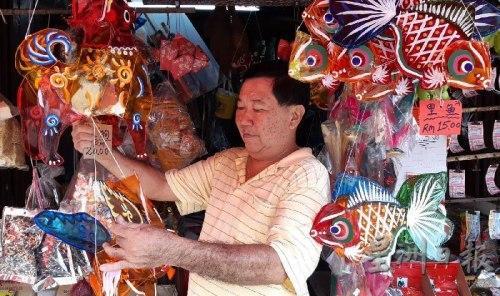 大马华人忆儿时中秋传统手工玻璃纸灯笼再走俏