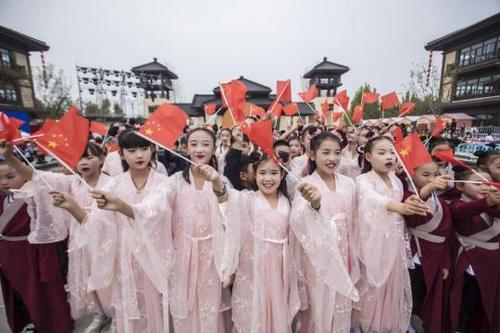 """国潮风起 中国年轻一代重拾""""华服""""文化"""