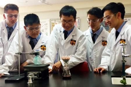 悉尼文法学校的亚裔学生们成功合成达拉匹林。(澳洲广播公司图片)