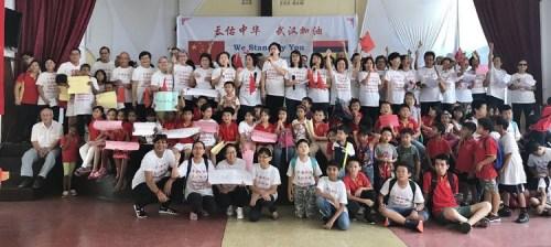 """毛里求斯华侨华人发起了一场""""""""齐心抗疫 武汉加油""""的活动,为中国抗击疫情送上真挚的祝愿,为中国人民鼓劲加油。"""