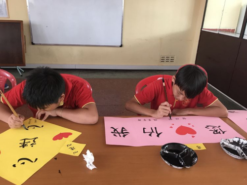 毛里求斯新华学校的小朋友们制作了写有祝福话语的小贴纸。