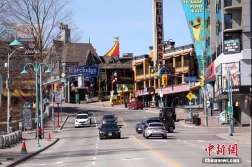资料图:加拿大、美国交界处的著名景点尼亚加拉大瀑布群加拿大一侧,一条游乐街区游客寥寥。<a target='_blank' href='http://www.chinanews.com/'>中新社</a>记者余瑞冬 摄