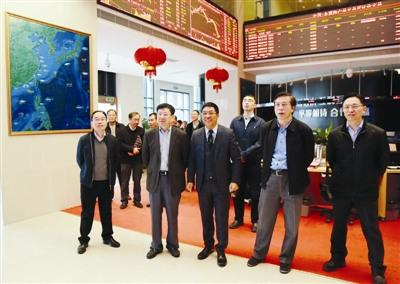福建省侨办主任冯志农(前排右二)、副主任林泽春(左二)参观中国―东盟海产品交易所。