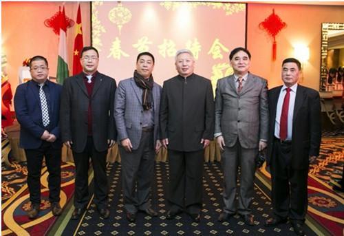 2月8日,中国驻匈牙利大使段洁龙(右3)与出席春节招待会的匈华总会执行主席刘文建(右2)、副主席刘志辉(左3)、谢伟麟(右1)等侨领合影。