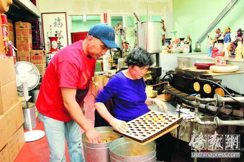 陈展明(左)既是母亲的守护者,更是金门饼食公司的守护者。(美国《侨报》/ 陈勇青 摄)
