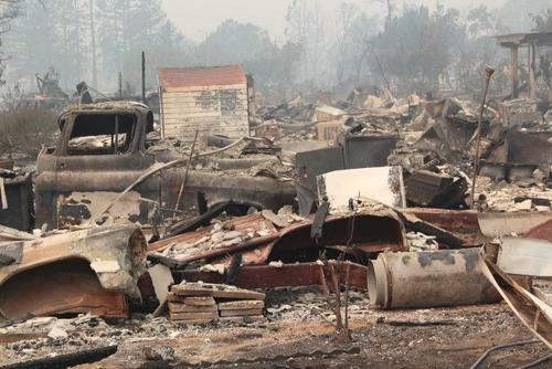圣塔罗沙的Coffey Park小区已经烧成一片废墟。(美国《世界日报》/李晗 摄)