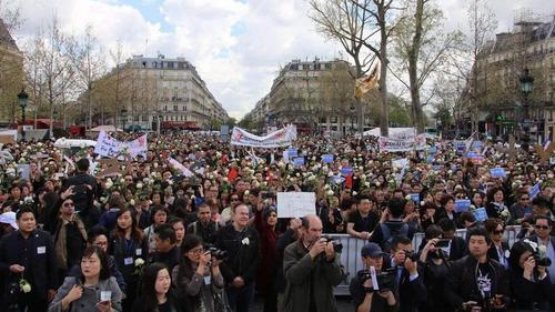 6000巴黎华人上街悼念被杀华侨 集会后冲突再起。资料图:华侨新天地