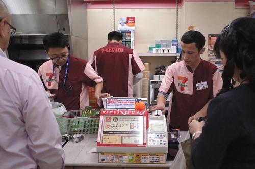 日本劳动力不足 在日留学生成24小时便利店守灯人