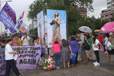 """当地时间6月12日,菲律宾多个团体举行纪念活动,要求重竖""""慰安妇""""铜像。(《菲律宾商报》/Tony Ramos摄)"""