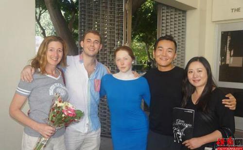 严楹(右二)与剧组的工作人员合影。(图片来源:美国《侨报》)