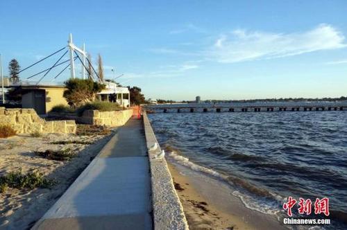 资料图:珀斯是澳大利亚西澳首府,也是澳大利亚第四大城市。珀斯都会区的人口约有160多万人。 由于地处澳大利亚大陆西岸地中海气候地区,温和的气候与天鹅河沿岸的别致景色,使珀斯得以成为非常受欢迎的观光旅游目的地。中新社发 洪少葵 摄
