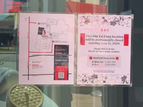 """位于洛杉矶亚凯迪亚市的""""鼎泰丰""""门口玻璃上贴着告示,上面写着""""这家店将从6月12日开始永久关闭""""。(美国《世界日报》/张宏 摄)"""