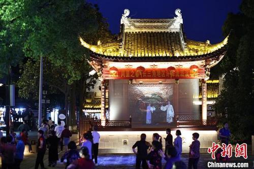 夜色中的同里古镇,戏剧人物的演出投影在古戏台中,让人在360度沉浸式演出中感受美。 泱波 摄