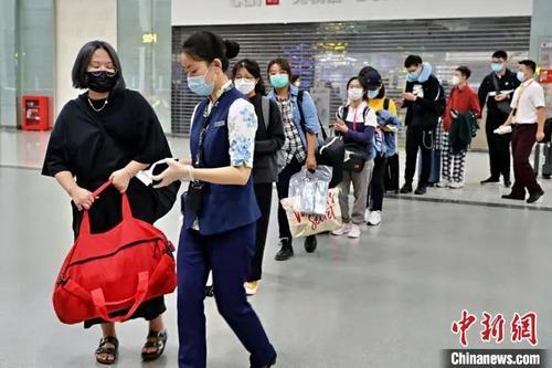 图为留学生排队准备登机。重庆江北国际机场供图