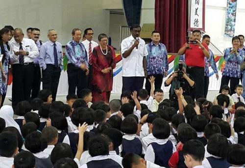卡玛拉纳登与该校学生进行互动交流。(马来西亚《东方日报》)
