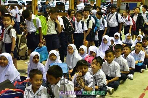 马塞华小因周围居住许多友族同胞,所以不少友族家长都将孩子送入该华小就读。 (马来西亚《中国报》)