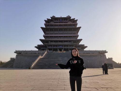 外景老师毋典介绍鹳雀楼(图片来源:中国华文教育基金会)