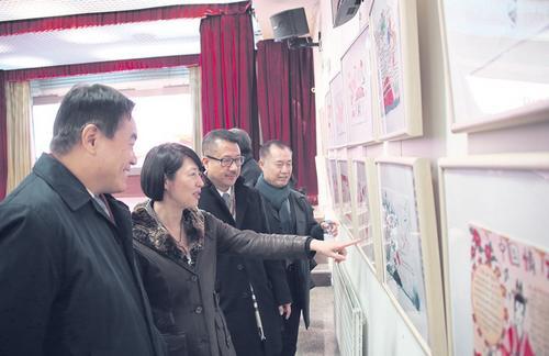 高萍参赞等观看手抄报展览。(《欧洲时报》/黄冠杰 摄)