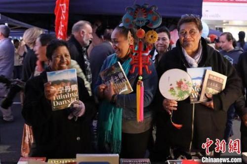 书籍及油纸伞、中国结、丝绸团扇等一批具有中国特色的文化产品受到当地民众极大热情的追捧。新西兰中华传统文化体验艺术中心供图 新西兰中华传统文化体验艺术中心供图