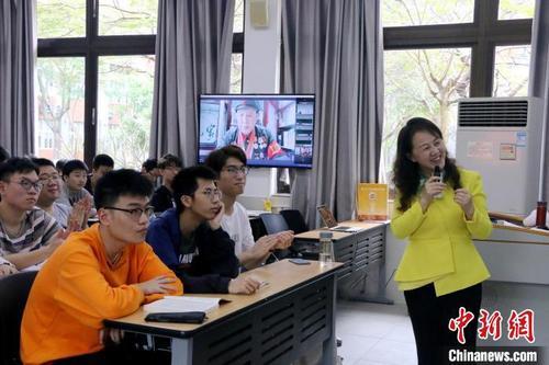 精彩的课堂内容吸引同学们全神贯注听讲。 厦门大学供图