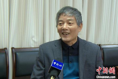 华侨大学教授、诗人毛翰接受记者采访。 柯宁 摄