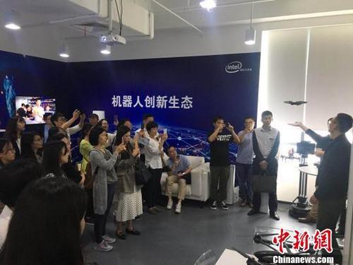 """参加""""张江园区科技之旅""""的海外高层次人才走进英特尔。 供图。"""