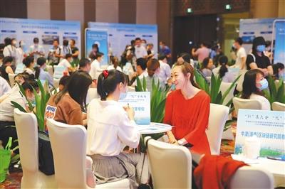 8月6日,海南省2020年首批面向全球招聘三万岗位人才现场对接会暨2020年海南省民营企业专场招聘会在海口举行。图为招聘会现场。 本报记者 张茂 摄