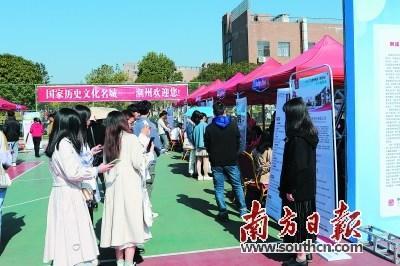 潮州组织陶瓷企业到江西景德镇招纳人才,受到毕业生欢迎。   洪礼慧 摄