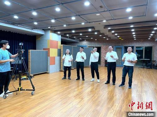 台湾知名音乐制作人郭之仪,与厦门台商协会会长吴家莹、台商李铭辉、台青范姜锋和歌手龙峰一起录制歌。 文洁 摄