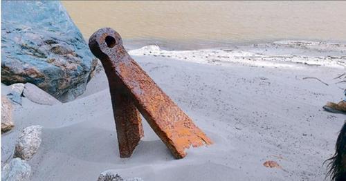 在菲沙河畔的华人遗址,有生锈船锚陷在天然巨石旁的细沙里。(加拿大《星岛日报》资料图片)