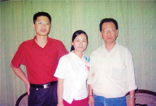 何仁芳弟弟(右一)回国探亲,与女儿女婿合影。