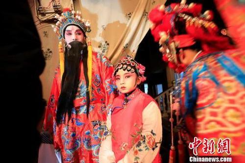 2月8日晚上,江西庐山市蓼南乡易家村锣鼓喧天,热闹非凡,十岁的易朝平和其爷爷同台唱起西河戏,吸引了四里八乡的乡亲们前来观看。韩俊烜 摄 韩俊烜 摄
