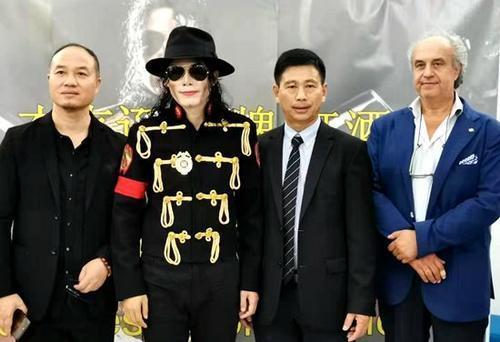 意大利塔奥兰斯市长波诺、王·杰克逊和中国代理商合影。(图片来源:欧联通讯社 博源/摄)