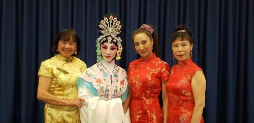 活动中,演员们表演连唱、京剧、京胡演奏等节目。(美国《世界日报》/唐嘉丽 摄)