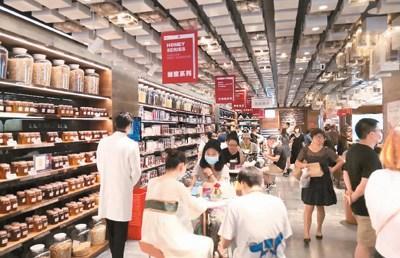 周末,知嘛健康壹号店内人流密集,顾客在门店一层品尝茶饮、选购商品。 本报记者 韩维正摄
